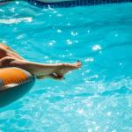 chica con flotador en piscina.