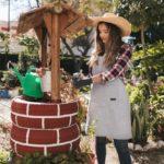 Mujer recogiendo agua de un pozo artesanal.